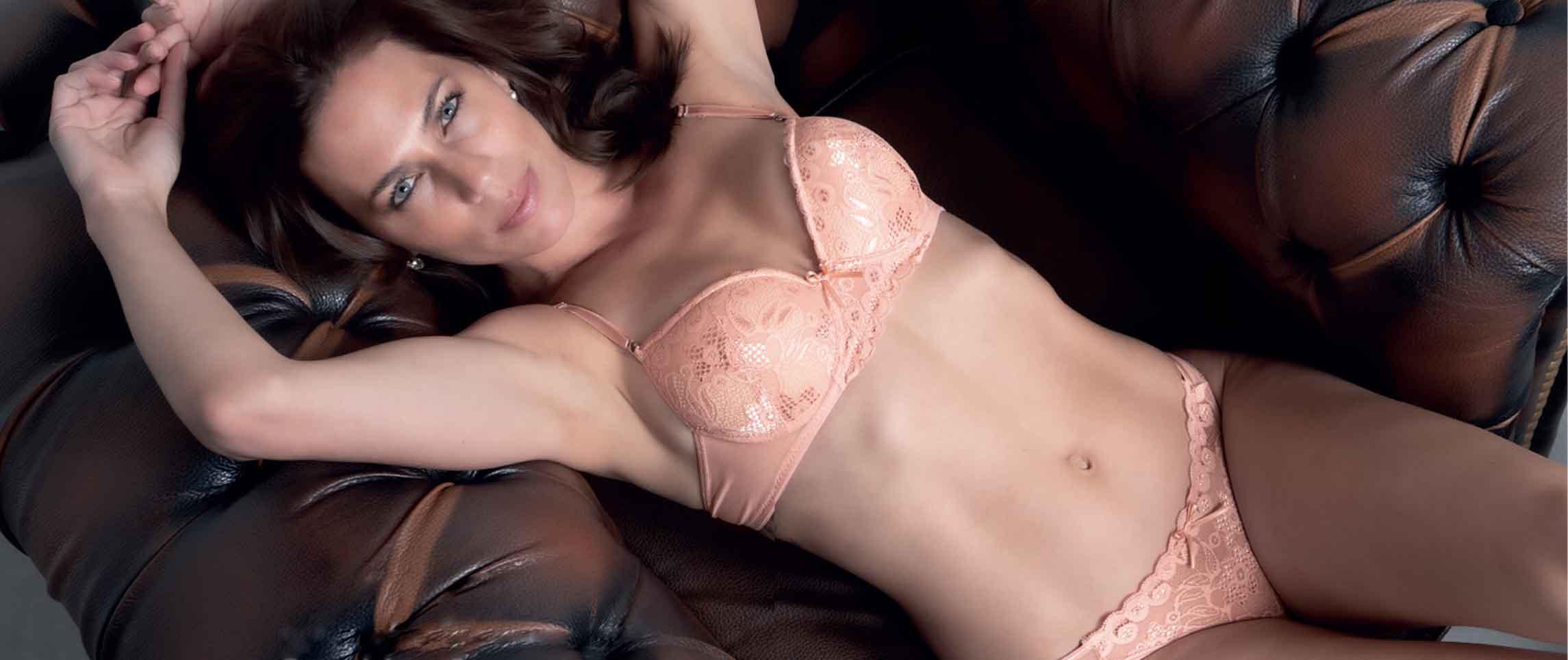 Modelo posando en ropa interior